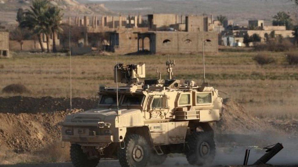 Pasukan Demokratik Suriah yang dipimpin Kurdi dan didukung Amerika mengejar militan ISIS.