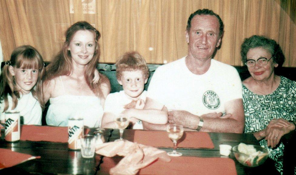 Charles Carter (centro) de niño con su familia.