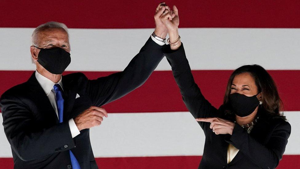 O candidato presidencial democrata e ex-vice-presidente Joe Biden e o senador dos EUA e candidato democrata à vice-presidente Kamala Harris comemoram fora do Chase Center depois que Biden aceitou a indicação presidencial democrata de 2020 durante a quase virtual Convenção Nacional Democrata de 2020, em Wilmington, Delaware, EUA, em agosto 20, 2020