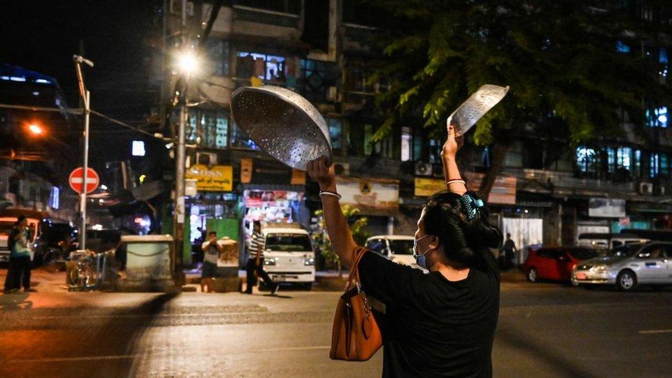mujer protestando en Yangón