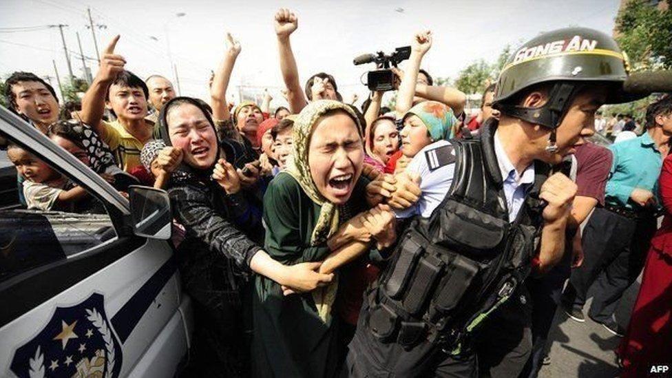 سيدة من الأويغور تحتج خلال محاولتها معرفة مصير أقاربها