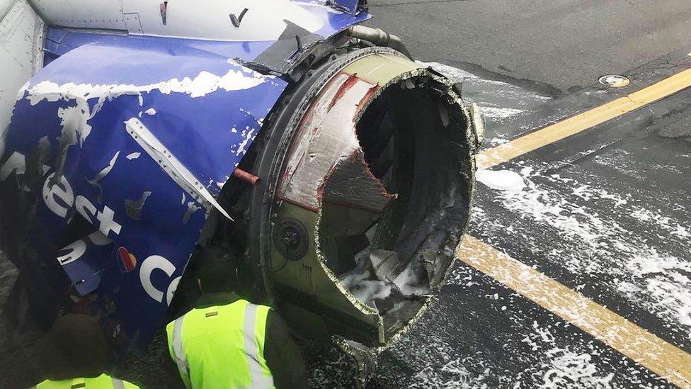 El motor destrozado de la aeronave.