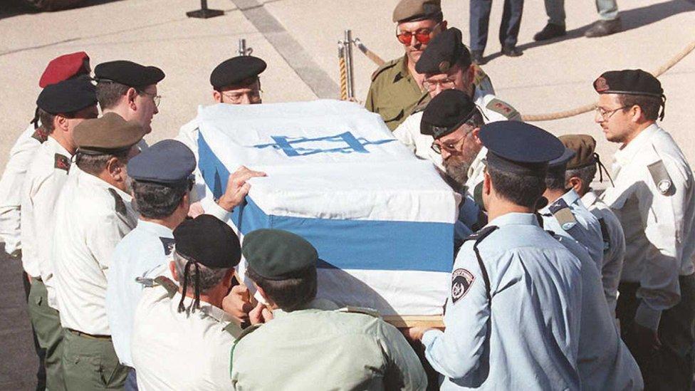 Féretro con los restos de Isaac Rabin.
