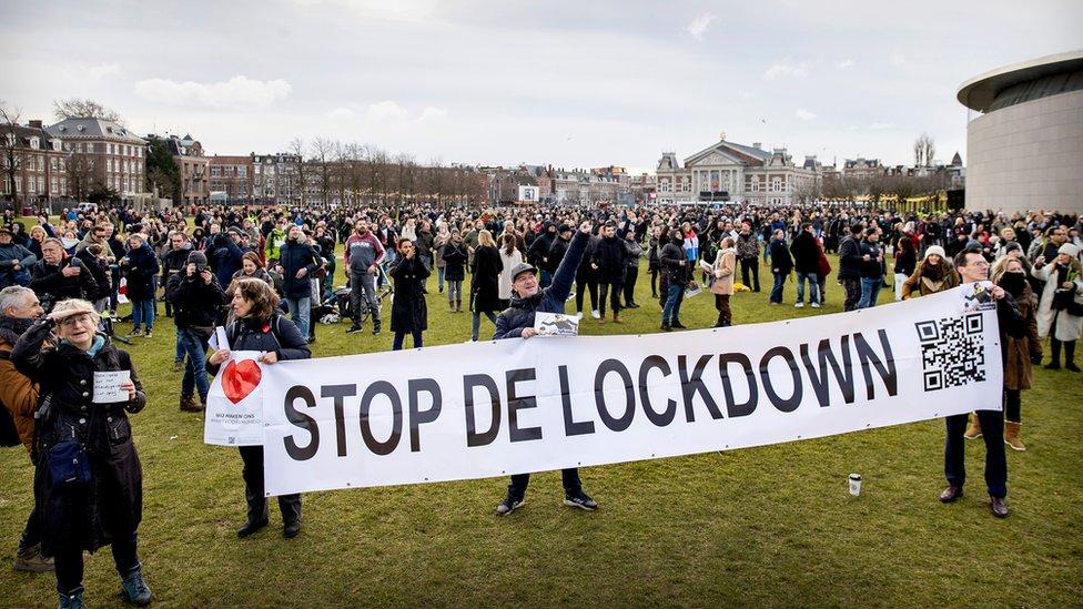 Amsterdam Covid-19 önlemlerine karşı eylemlere sahne oluyor.