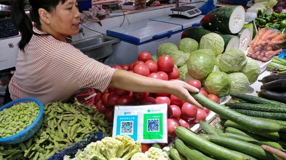 Mujer vende verdura con la aplicación WeChat.