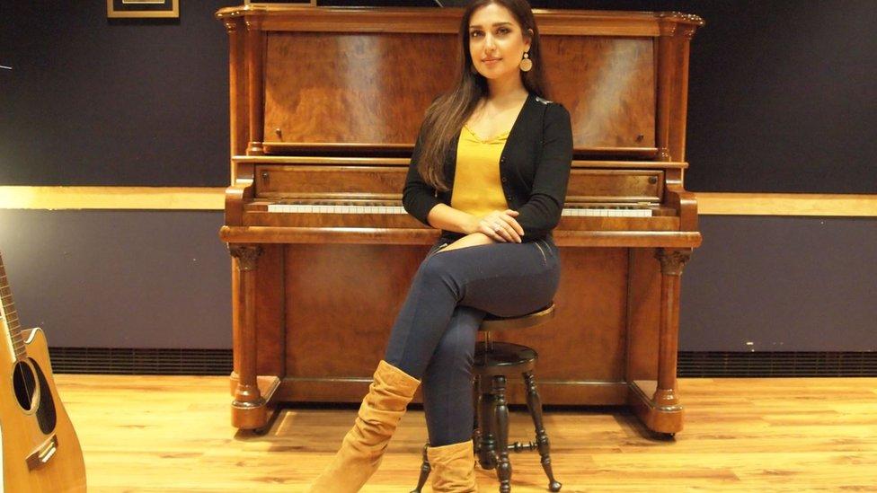 كان لنشأة موزده في كندا تأثير في حياتها وتعلمها الموسيقى