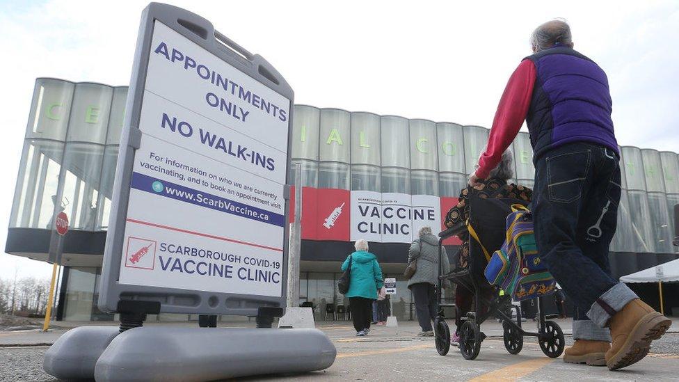 Centro de vacunación en Ontario, Canadá