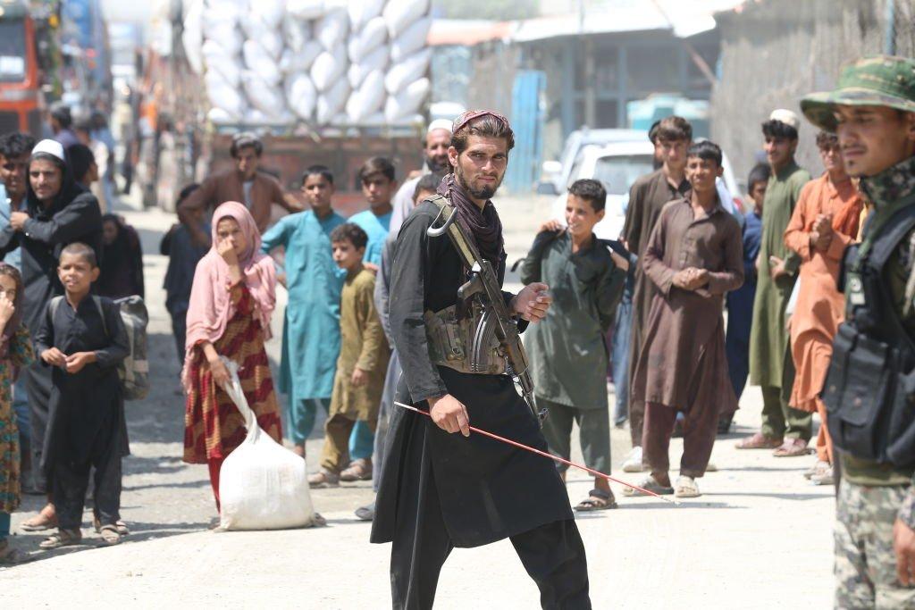 Un miliciano talibán patrulla la frontera en Torkham, 24 de agosto de 2021