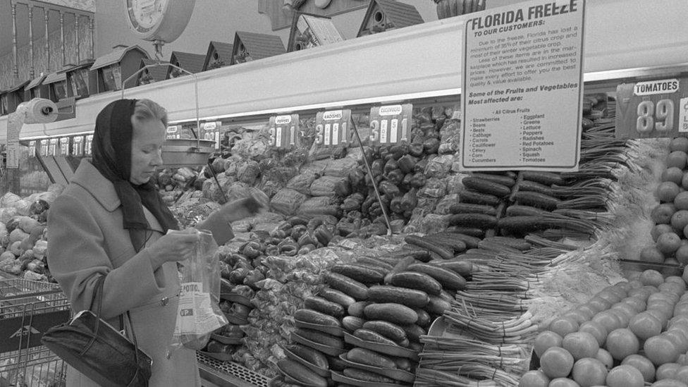 Mujer en supermercado.