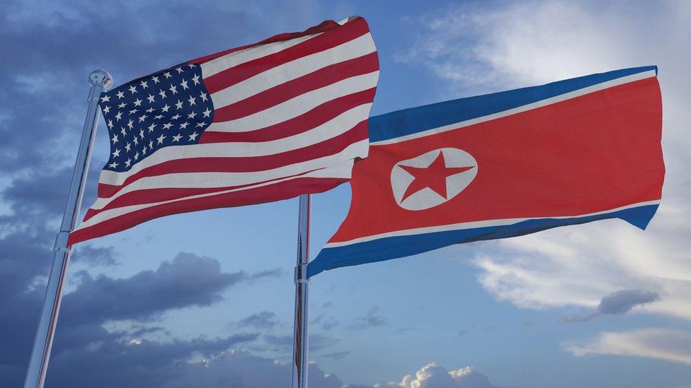 Banderas de Estados Unidos y Corea del Norte.