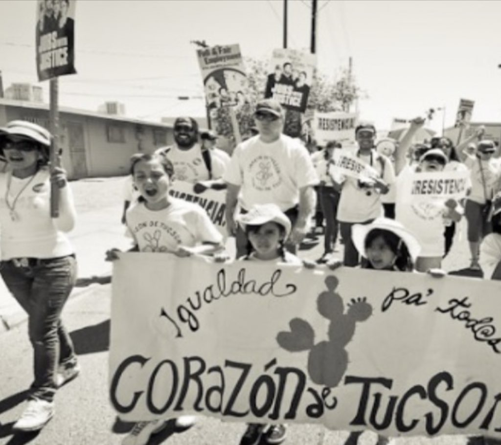 Emma Galligan en una protesta en contra de las leyes antiinmigración en Arizona.