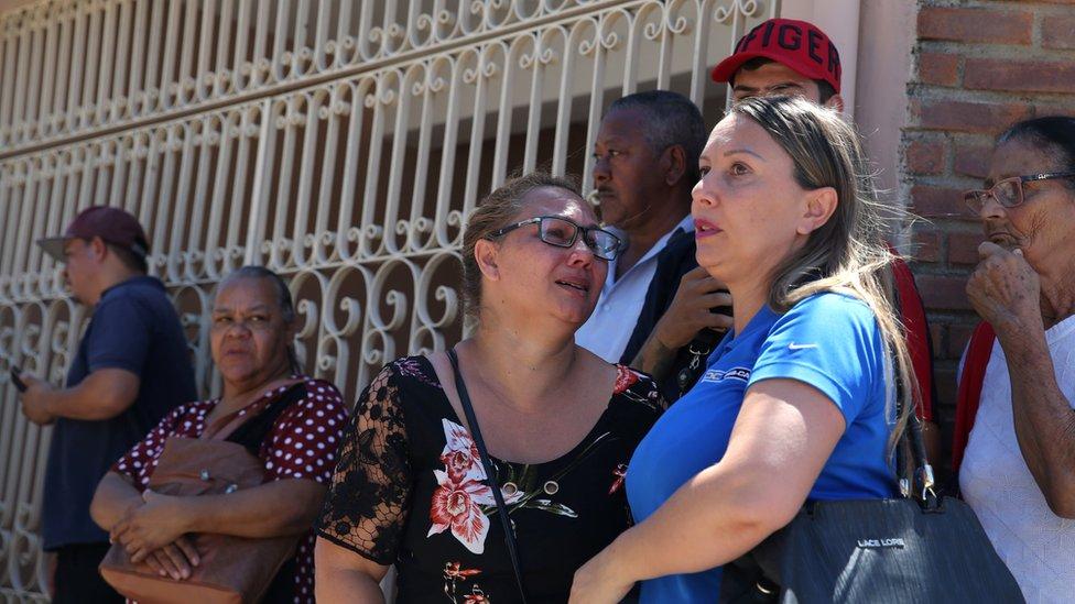 Rođaci okupljeni ispred škole posle pucnjave