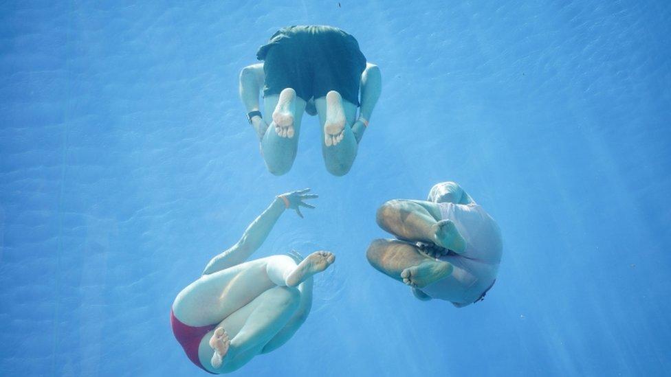 Gente en la piscina flotante de Londres