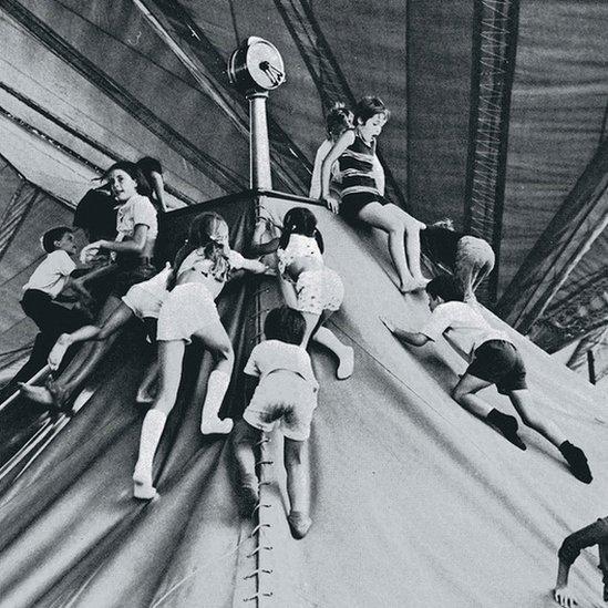 Niños jugando en la Aldea de los Niños