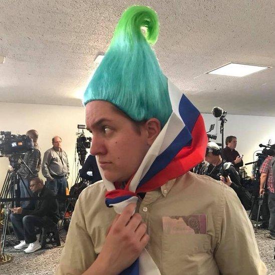Ian Madrigal caracterizado como el troll ruso.
