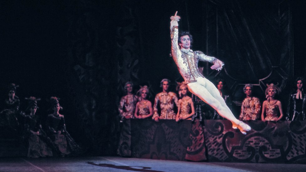 """Rudolf Nurejev nastupa sa kanadskim nacionalnim baleton u """"Uspavanoj lepotici"""" za koju je radio koreaografiju 1972. godine"""