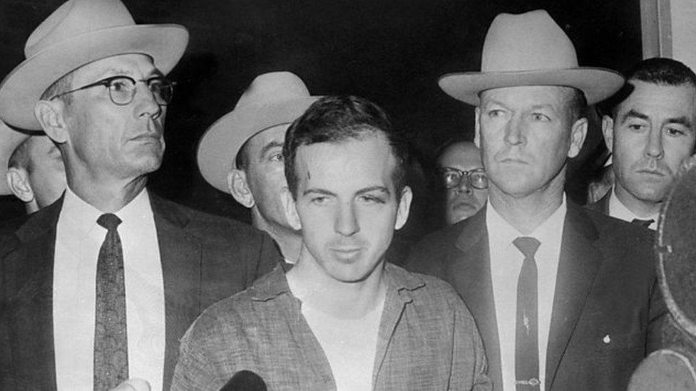 Lee Harvey Oswald el 22 de noviembre de 1963, durante una rueda de prensa tras su detención en Dallas