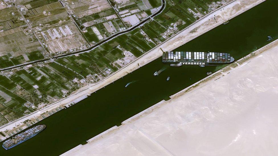 Imagen satelital del Ever Given en el Canal de Suez