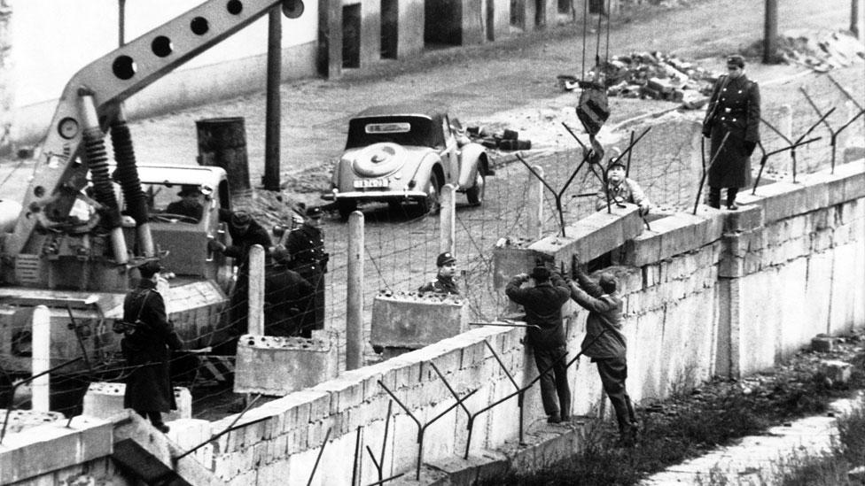 Soldados alemanes construyendo el Muro de Berlín