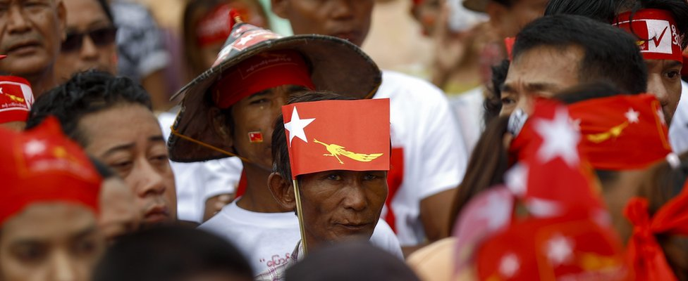 People attends to listen the speech of Tin Oo, patron of National League for Democracy (NLD) party (not in picture), during NLD party election campaign at Lanmadaw township in Yangon, Myanmar, 6 October 2015.