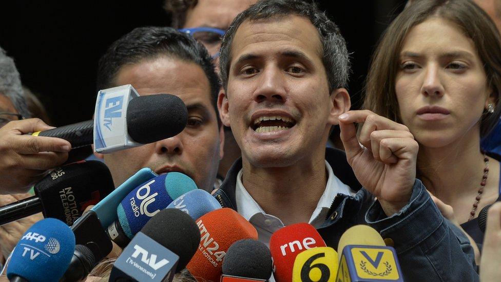 غوايدو يدعو الجيش إلى مساندته ويعد بالعفو عمن دعم مادورو