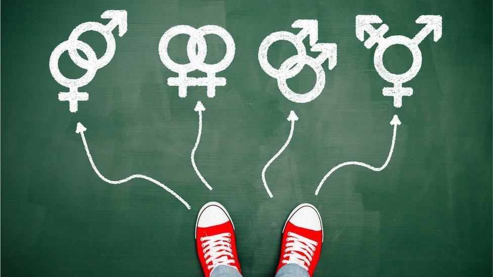 Zapatillas deportivas y unos símbolos de género