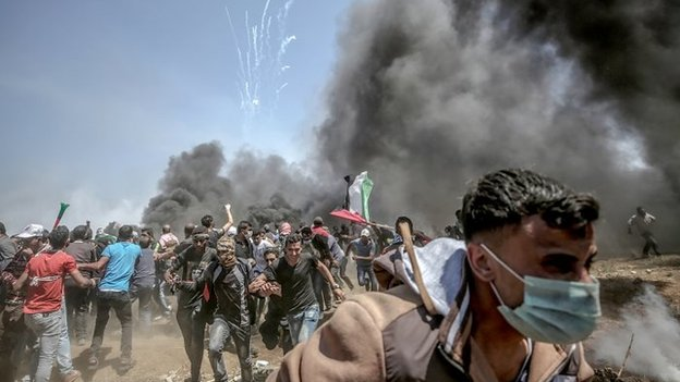 Palestinski demonstranzi beže od suzavca ispaljenog iz izraelskih bespilotnih letelica