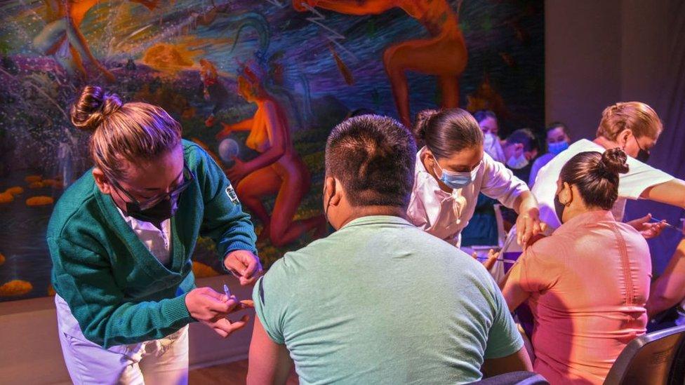 Profesores son vacunados en Chiapa