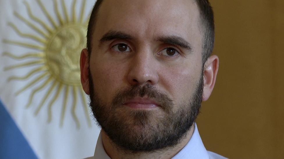 Martín Guzmán con la bandera de Argentina