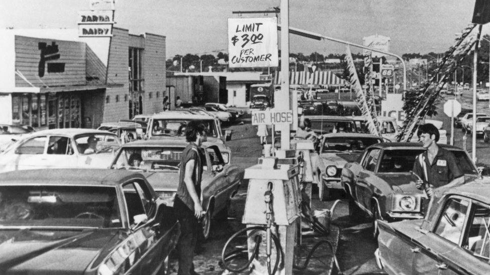 Fila para poner gasolina en una estación de servicio en 1974 en EE.UU.