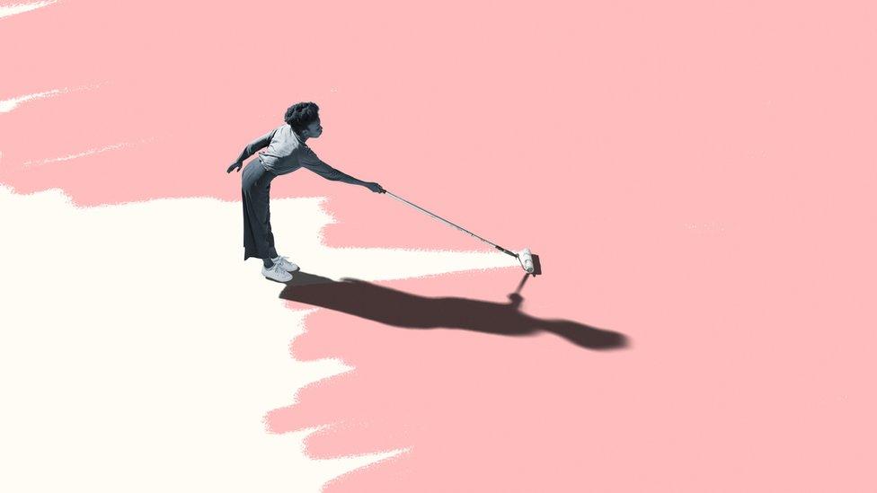Mujer pintando suelo de rosado