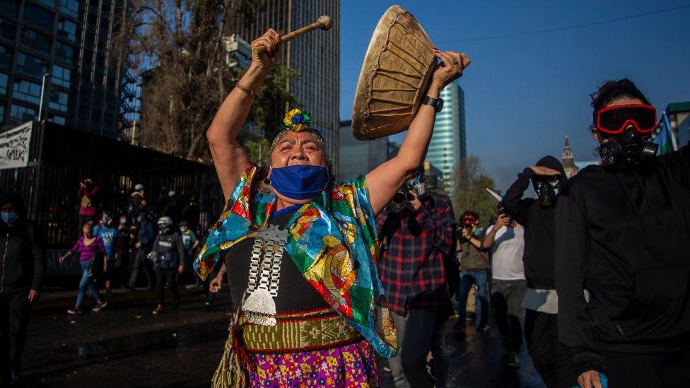 Mujer mapuche protesta en Chile