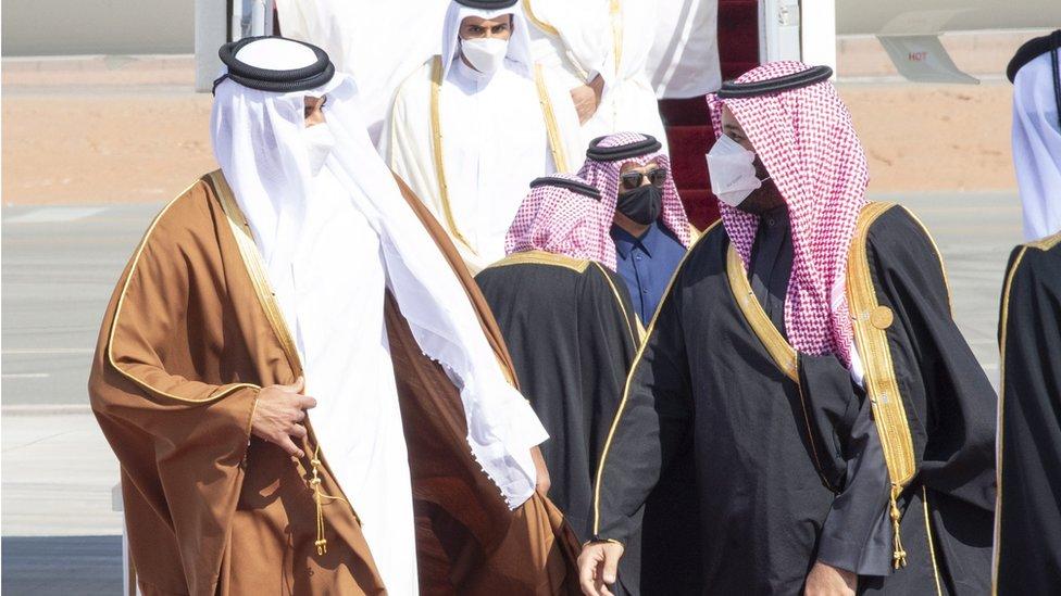 El emir de Qatar Tamim Al Thani y el príncipe saudita Mohammed bin Salman.