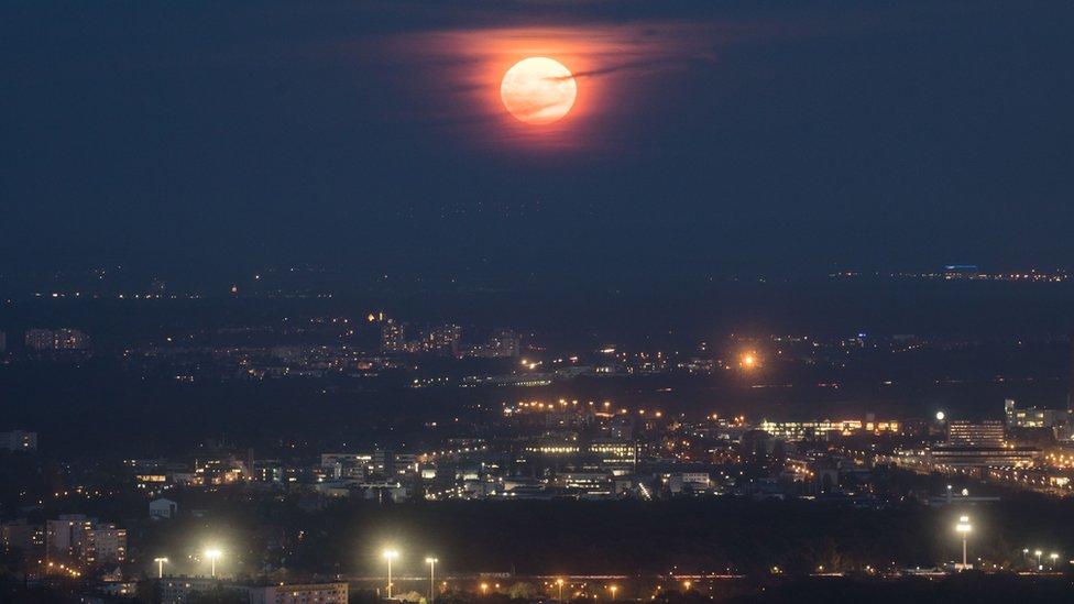 Foto de la superluna en el cielo de Berlín.