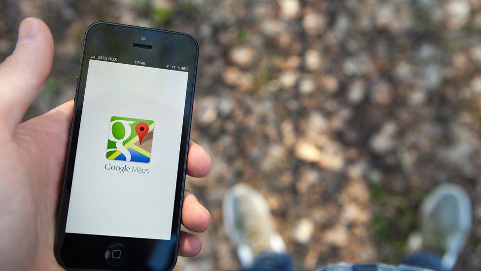 Imagen de un celular con la aplicación de Google Maps.