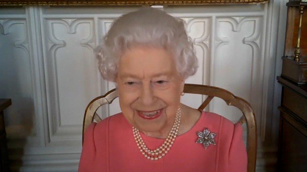 Vacina contra covid: rainha Elizabeth 2ª pede que britânicos 'pensem nos outros' e se imunizem