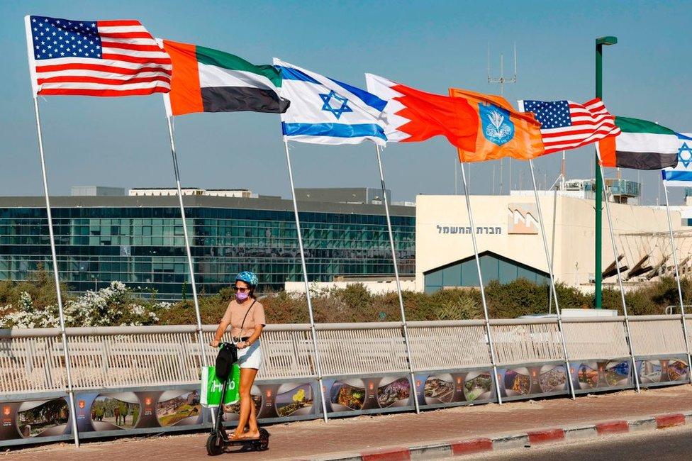 Banderas de Estados Unidos, Emiratos Árabes Unidos, Israel y Bahréin en Netanya, Israel, el 13 de septiembre de 2020.