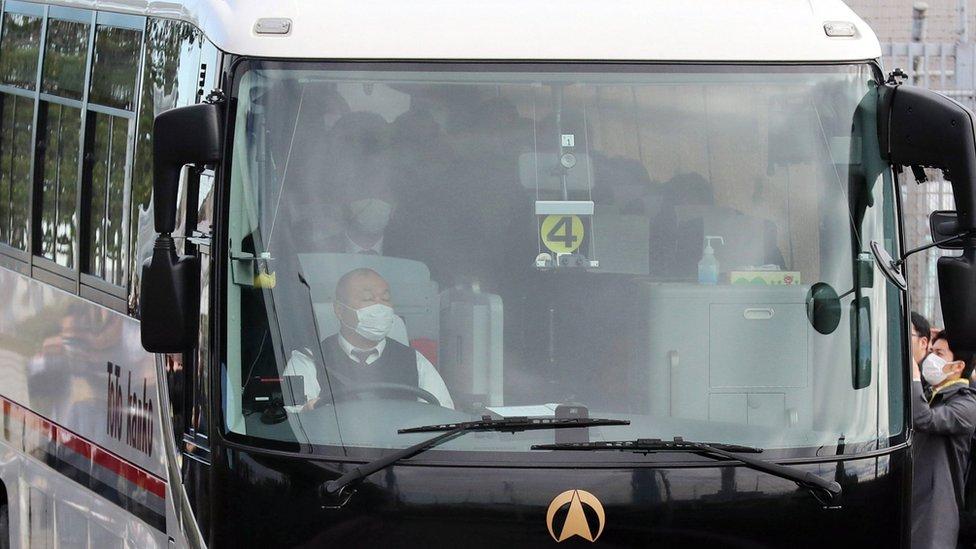 Japonya'nın başkenti Tokyo'daki Haneda Havaalanı'ndan ayrılan bir otobüs