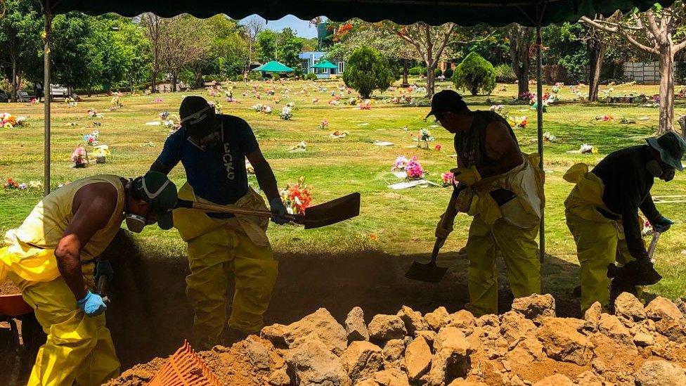 Hombres cavan una tumba en un cementerio en Nicaragua.
