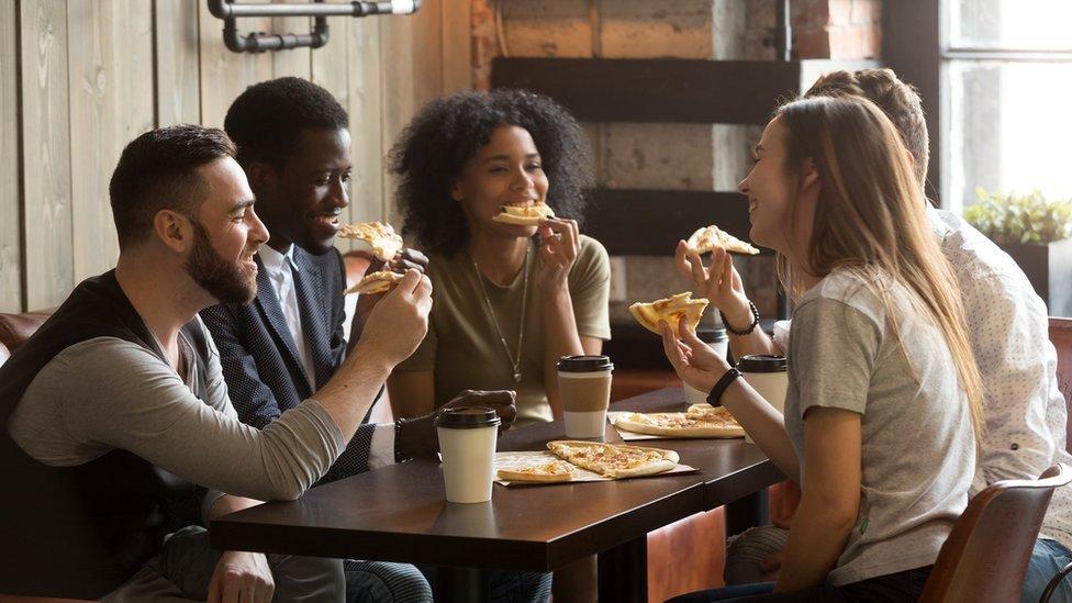一群年輕人在吃薄餅