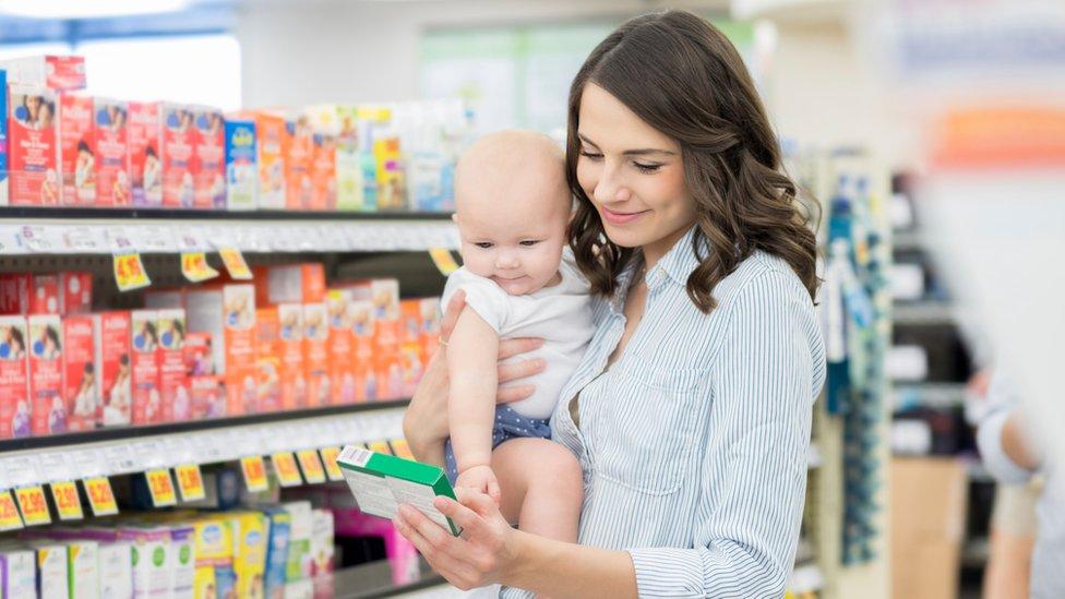 Mujer de compras con un bebé.