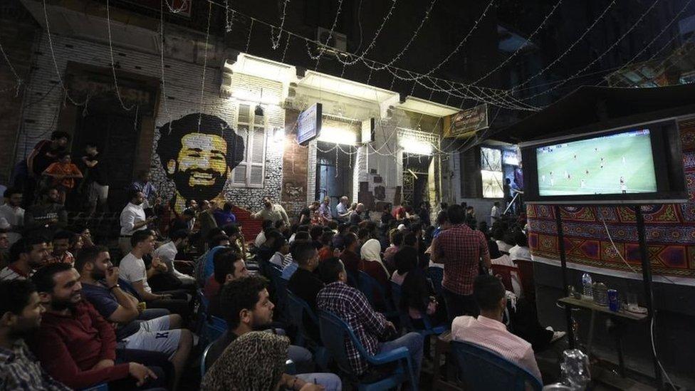 Los fanáticos egipcios ven la final de la UEFA Champions League 2019 en una calle de El Cairo