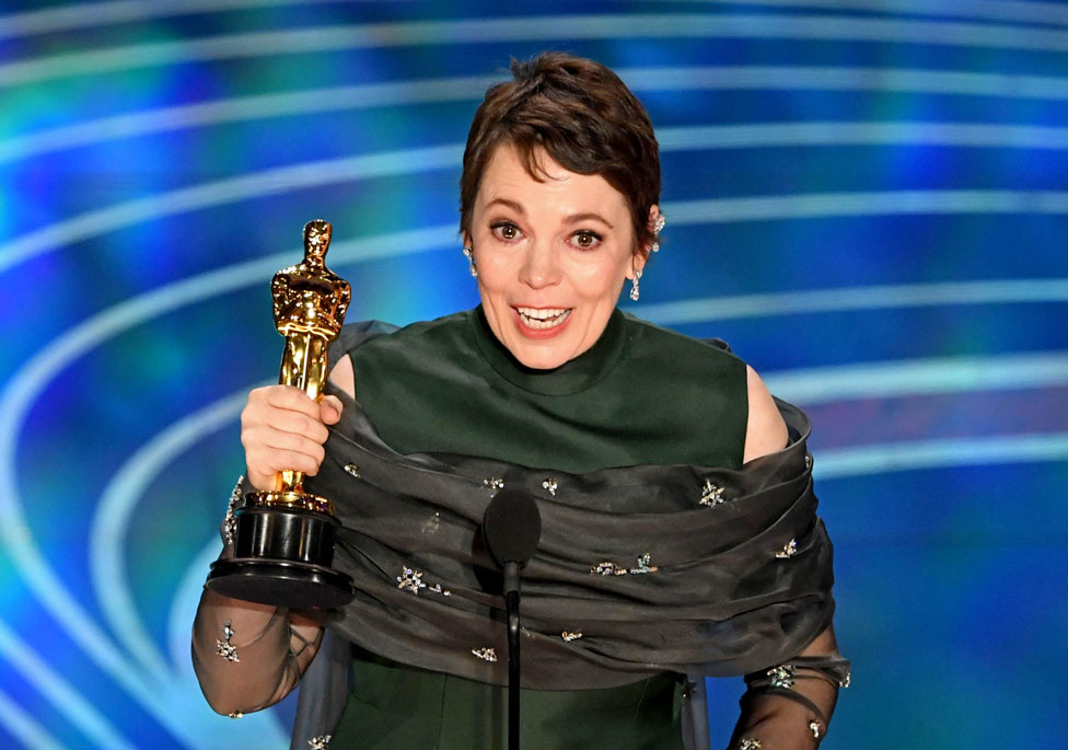 Olivia Colman holds her Oscar for Best Actress