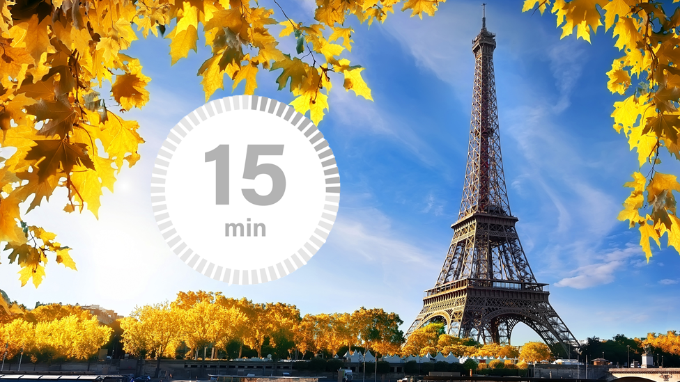 Torre Eiffel, París, con un reloj de 15 minutos.