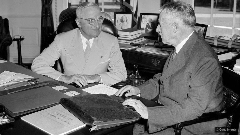 Predsednik Hari Truman (levo) je upoznat sa bombardovanjem od strane ratnog sekretara Henrija Stimsona