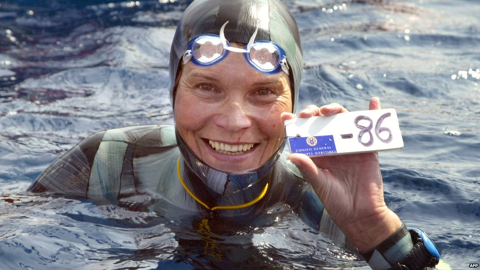 A file photo taken on September 3, 2005 shows Russian Natalia Molchanova holding the minus 86 metres tag