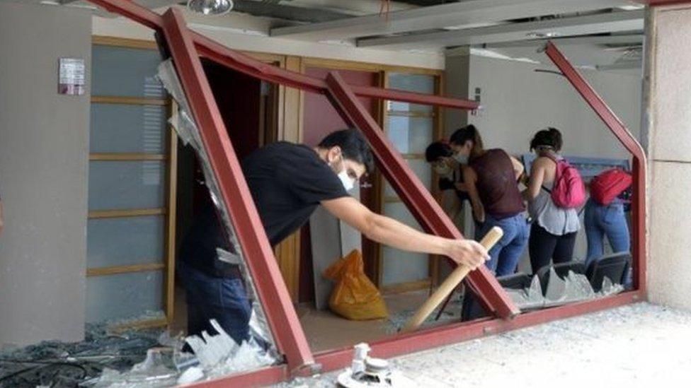 مواطنون لبنانيون يساعدون في تنظيف المستشفيات من آثار الدمار الناتج عن الانفجار