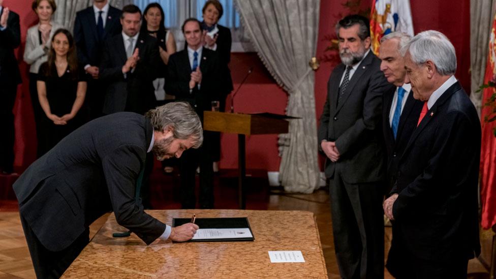 La firma del ministro Blumel
