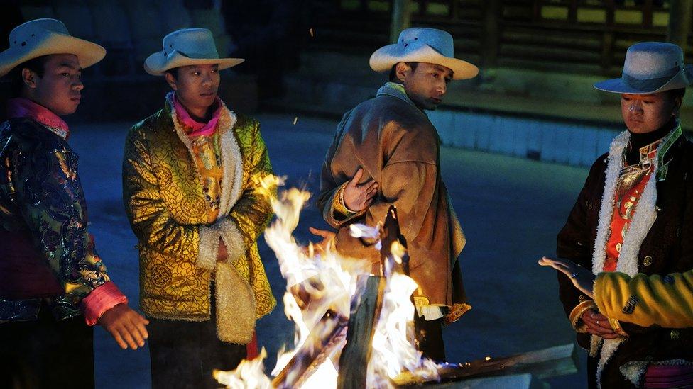 Hombres mosu junto al fuego.