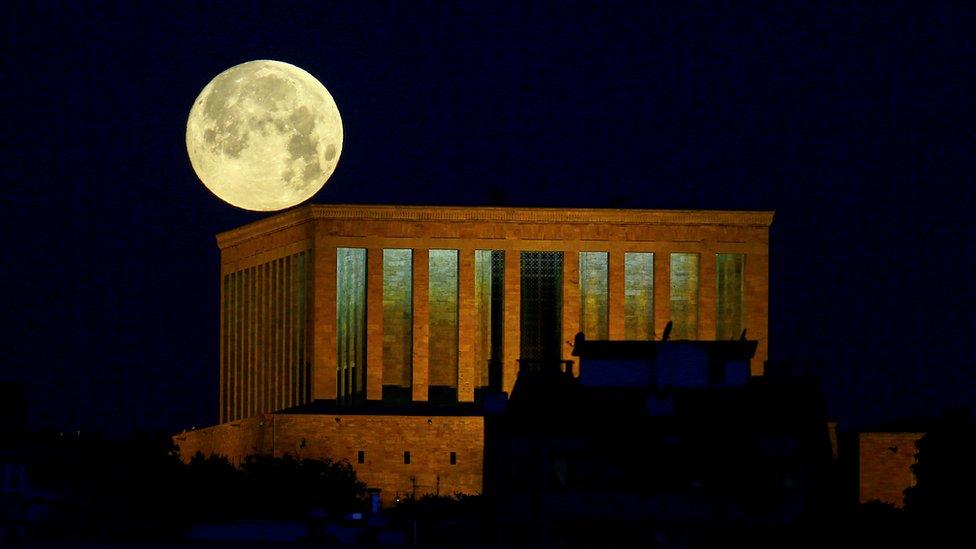 La superluna sobre el Anitkabir, el mausoleo de Mustafá Kemal Ataturk, fundador de la Turquía moderna